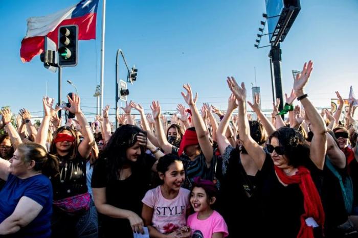 Chili: des milliers de femmes manifestent