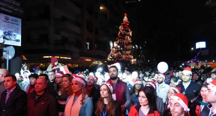 أمنيات السوريين تضيئ شجرة الميلاد في اللاذقية... فيديو