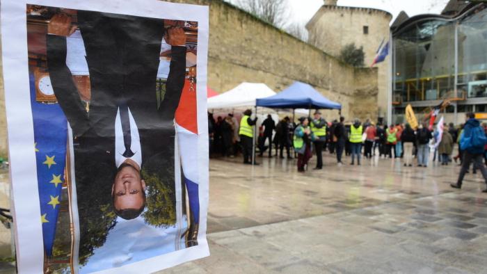 Amendes de 500 euros requises contre 8 décrocheurs de portraits de Macron