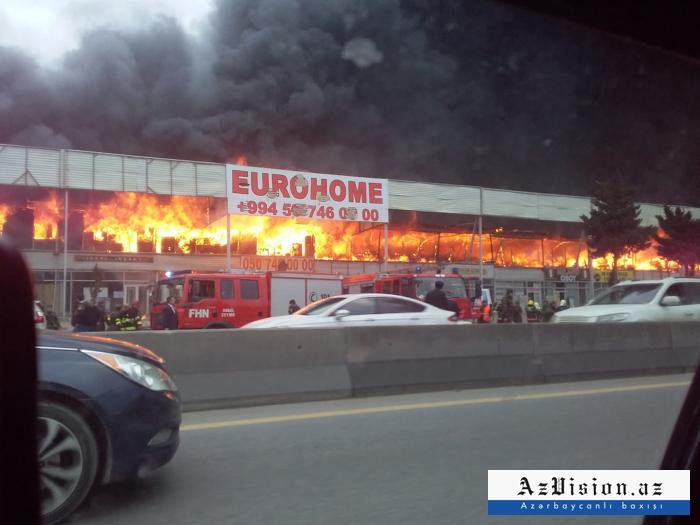 Incendio en el mercado de los materiales de construcción en Bakú-Fotos