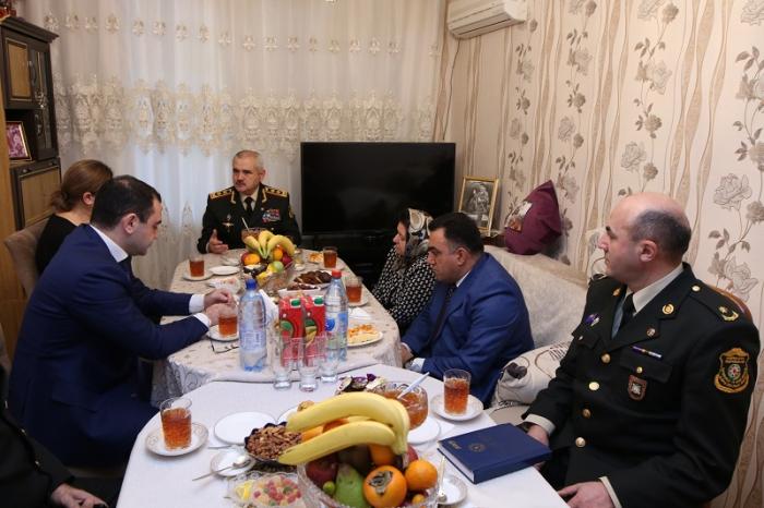General şəhid ailələrini ziyarət edib - FOTOLAR