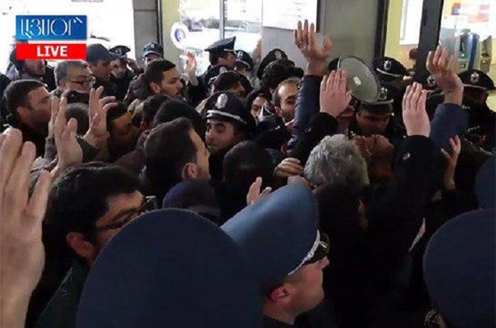 Ermənistanda etirazçı gənclər nazirliyə hücum etdi - VİDEO