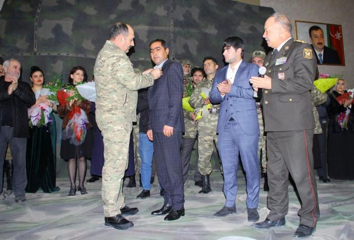 Şəhid əsgər yad edilib, qaziyə döyüş medalı təqdim olunub