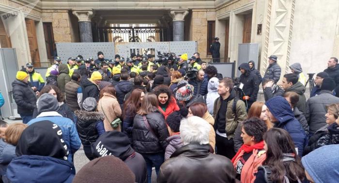 Gürcüstanda partiya lideri və tərəfdarları saxlanılıb