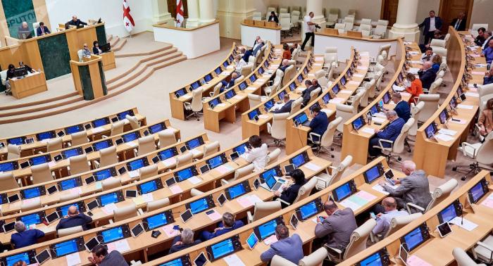 Gürcüstan parlamentində qorxulu hadisə - Deputatların halı pisləşdi