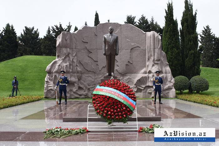 الشعب يتذكر حيدر علييف -  صور