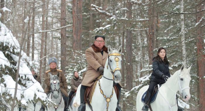 كيم جون أون يمتطي حصانا أبيض لإيصال رسالة مبطنة