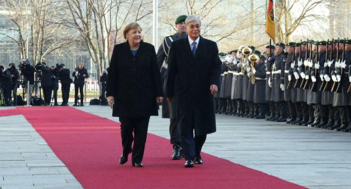 Merkel dövlət himnlərini əyləşərək dinlədi - VİDEO