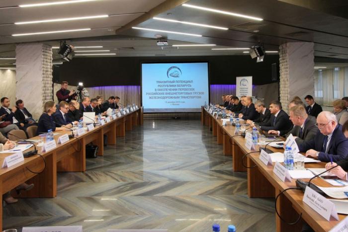 Trabajadores ferroviarios azerbaiyanos se familiarizan con el potencial de tránsito de Bielorrusia