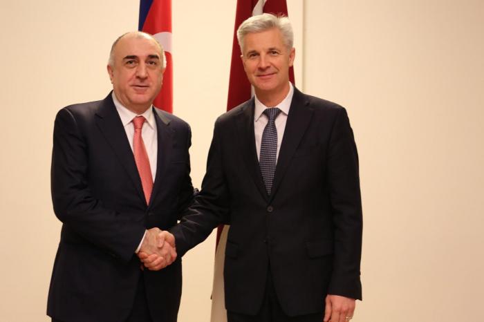مناقشة التعاون العسكري بين أذربيجان ولاتفيا