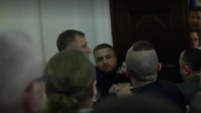 Parlamentdə döyülən deputat xəstəxanaya yerləşdirildi
