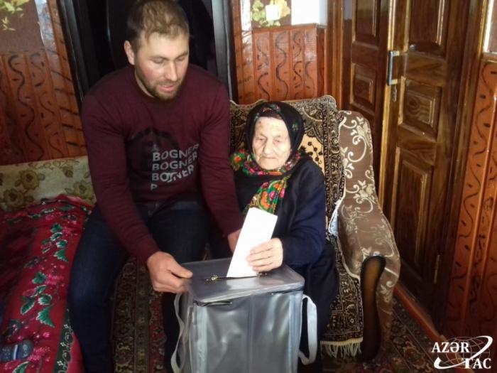 Qusarın 104 yaşlı qadın səsvermədə iştirak edib