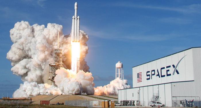 """""""سبيس إكس"""" تختبر نظام إنقاذ لمركبة فضاء جديدة"""