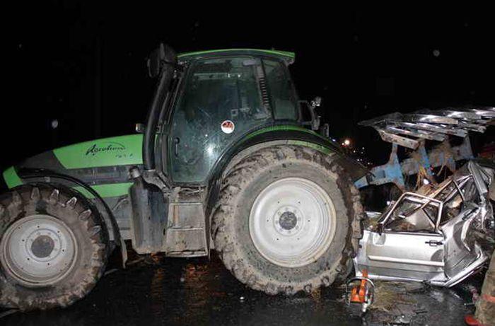 Kürdəmirdə mikroavtobus traktorla toqquşub