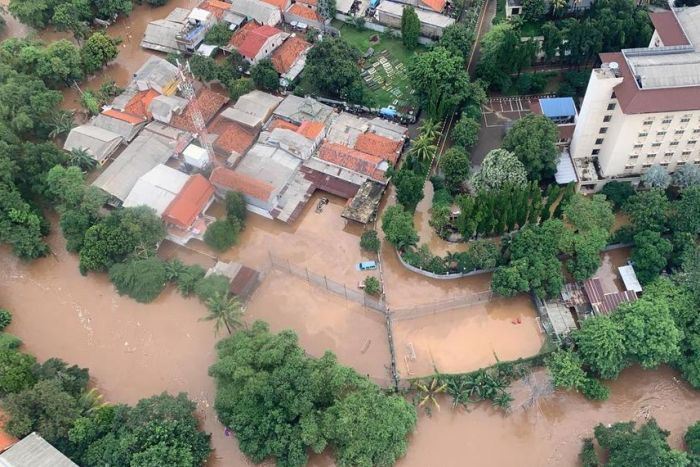 Flood death toll rises to 21 in Indonesian capital