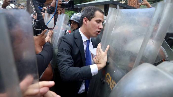 Guaidó jura su nuevo mandato entre golpes, gas lacrimógeno y cortes de luz
