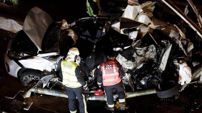 España:  Dos hermanos de cinco y ocho años mueren al arrollar un autobús el coche en el que viajaban en Estella