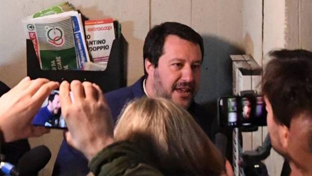 Salvini llama al telefonillo de una casa en Bolonia y acusa a un tunecino de ser traficante de drogas