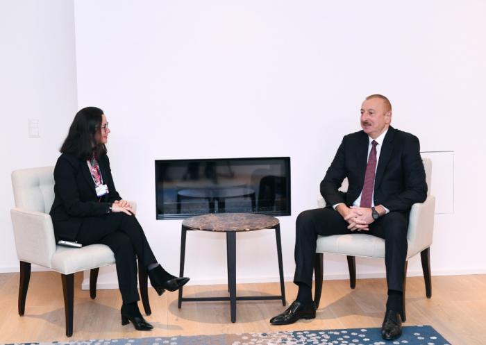 Presidente Ilham Aliyev se reúne con Veronica Scotti en Davos