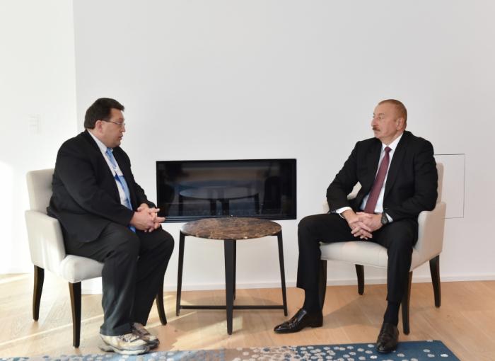 Präsident Ilham Aliyev trifft sich mit dem Bürgermeister von Montreux in Davos
