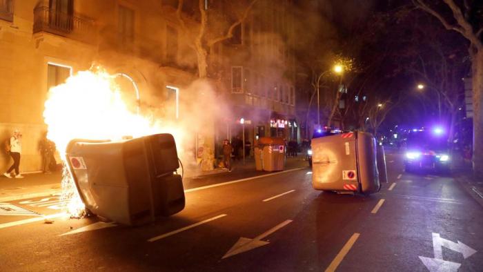 Barcelona:   Quema de contenedores tras la tensión del Parlament