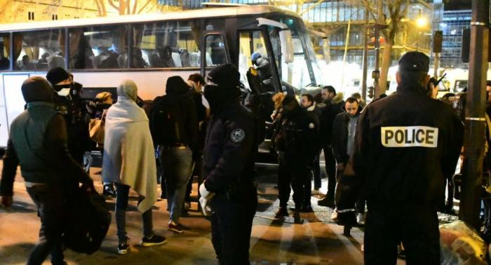 La Policía desaloja un campamento de migrantes en la periferia norte de París