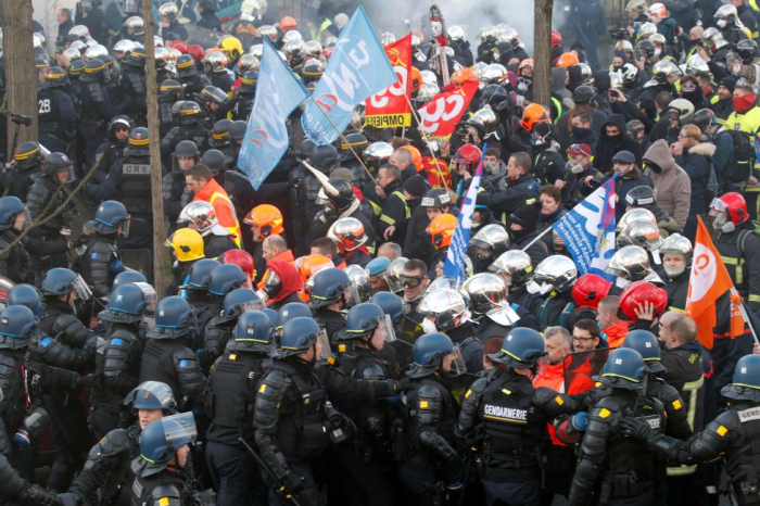 French firemen scuffle with police during Paris protest -   NO COMMENT