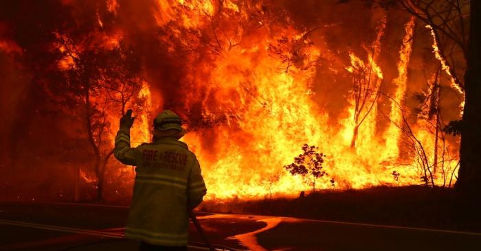 Australian firefighters run to avoid bushfire -  NO COMMENT