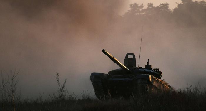 """دبابة """"تي-72"""" تقف على """"أقدامها الخلفية"""" أمام منصة المتفرجين... فيديو"""