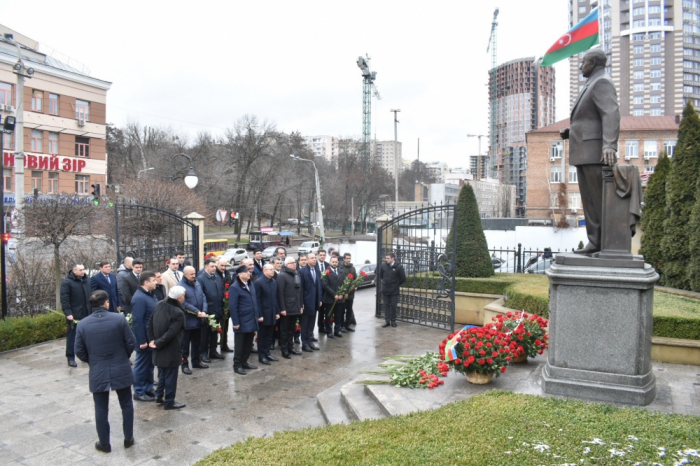 Azerbaijani delegation visits monument to national leader Heydar Aliyev in Kyiv