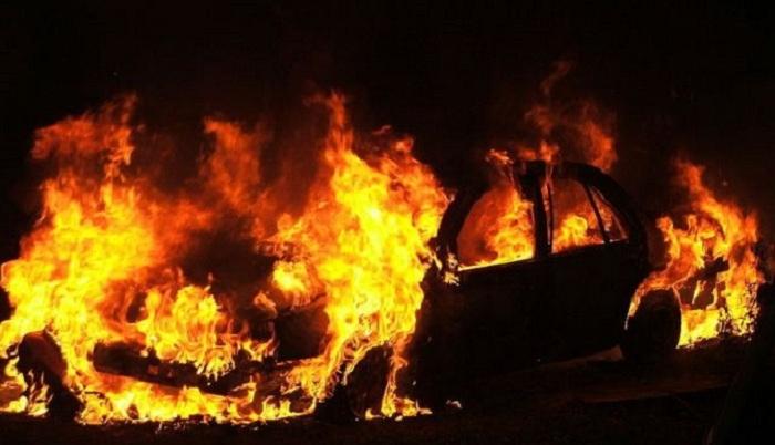 Abşeronda minik avtomobili yanıb