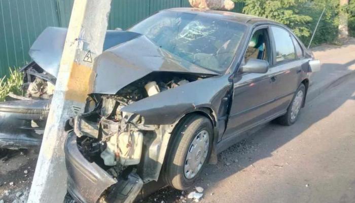 Piadanı vuran sürücü avtomobili dirəyə çırpdı