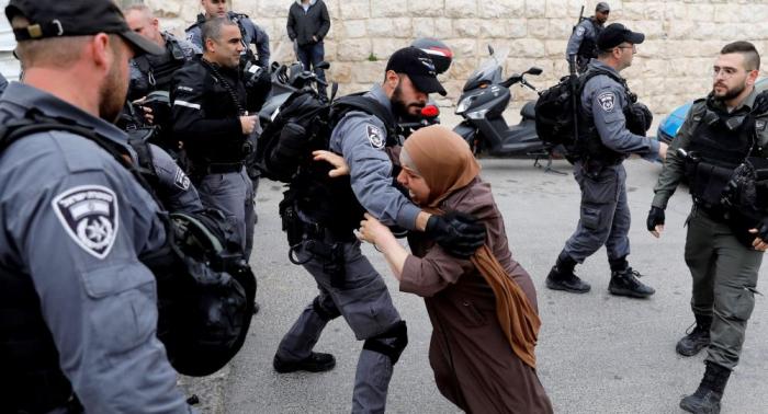 الشرطة الإسرائيلية تعتقل سيدة فلسطينية بالقدس بزعم تنفيذ اعتداء طعن