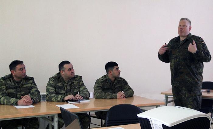 NATO təlimçiləri Azərbaycan hərbçilərinə kurs keçir