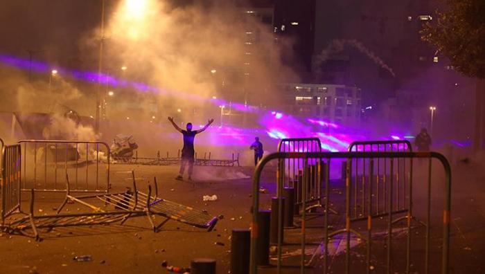 اشتعال مخيم احتجاج وإصابة متظاهرين في بيروت باشتباك مع الشرطة