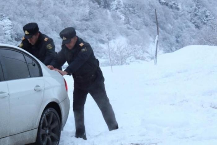 Polislər yolda qalan sürücülərə kömək etdi - FOTOLAR