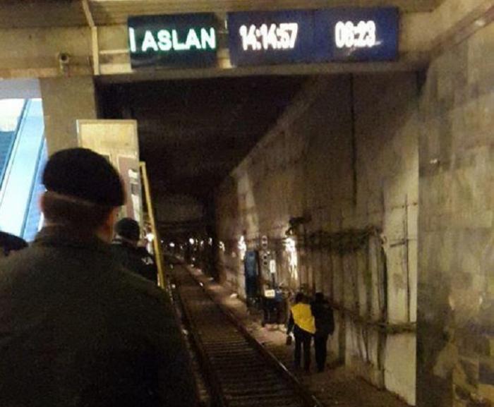 Metroda gənc oğlan özünü qatar yoluna atdı - FOTO