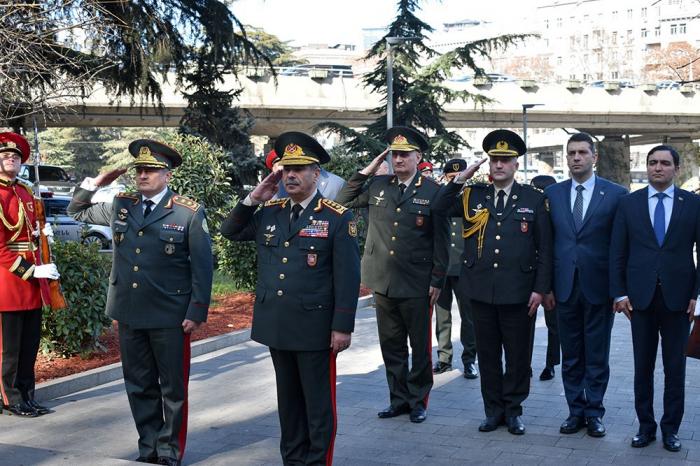 Verteidigungsminister von Aserbaidschan besucht den Heldenplatz