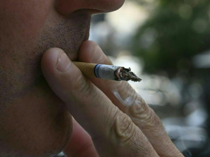 Arrêter de fumer 4 semaines avant une opération réduit le risque de complications, selon l