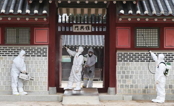 South Korean officials face eggs, invective as quarantine plane takes off