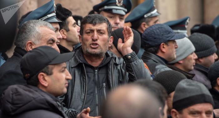 Ermənistanda etiraz aksiyası - Fermerlər yolu bağladı