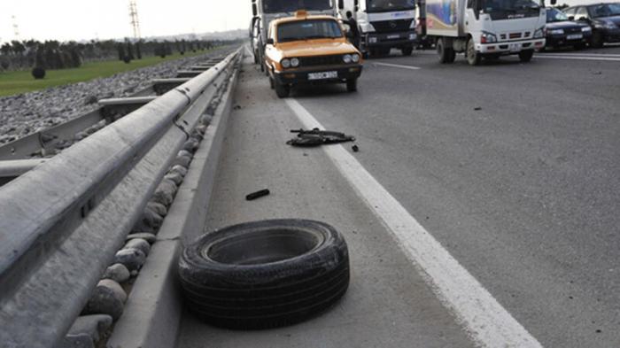 Qusarda avtomobil yol kənarına aşıb