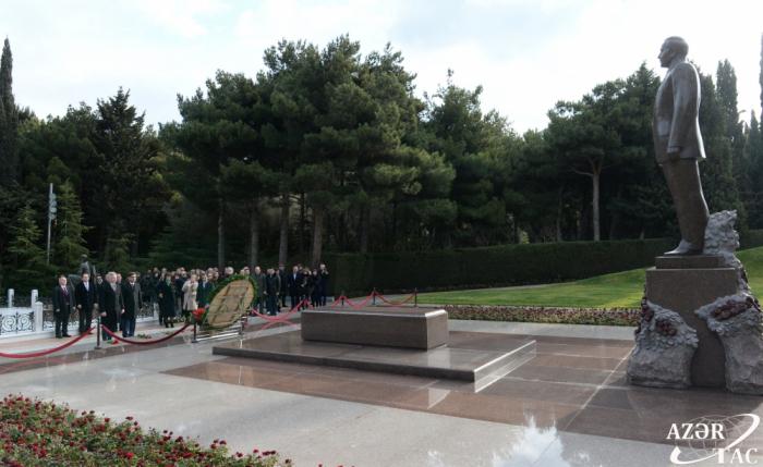 Delegación rusa visita la tumba del líder nacional Heydar Aliyev