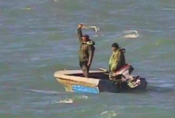 Dənizdə köməksiz qalan 2 balıqçı xilas edildi - FOTOLAR