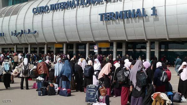 مطار القاهرة يبدأ منع سفر المعتمرين والسياح للسعودية