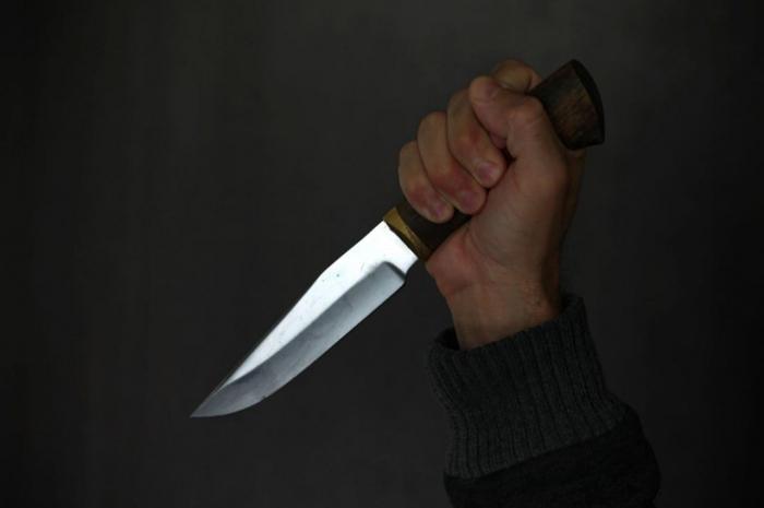 Biləsuvar sakinini bıçaqla hədələyib pulunu aldılar