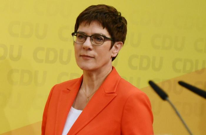 Merkel protegee Kramp-Karrenbauer won
