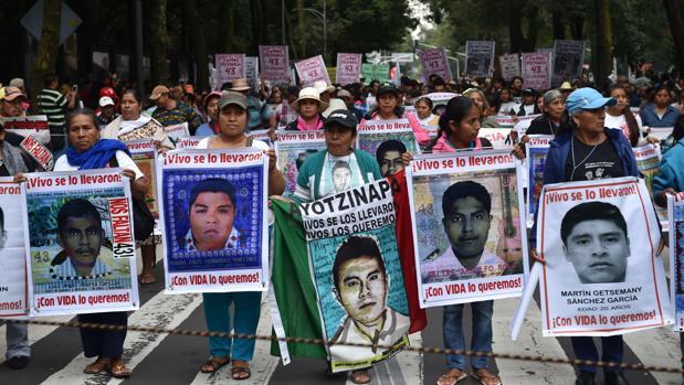 López Obrador ordena reabrir la investigación de los 43 estudiantes desaparecidos de Ayotzinapa