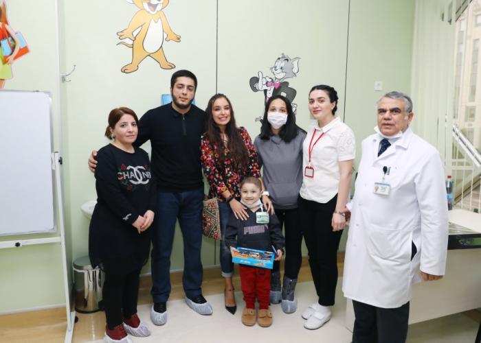 La vice-présidente de la Fondation Heydar Aliyev rend visite aux enfants atteints de cancer