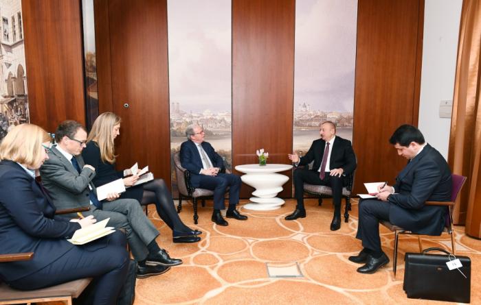 Ilham Aliyev avec le directeur des opérations de la Banque mondiale à Munich